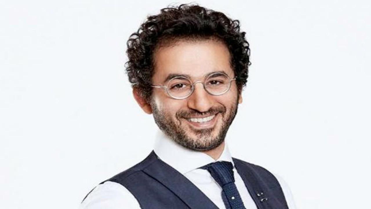 شاهد.. أحمد حلمي يسخر من الكيك ويستخدم مطرقة لتقطيعه