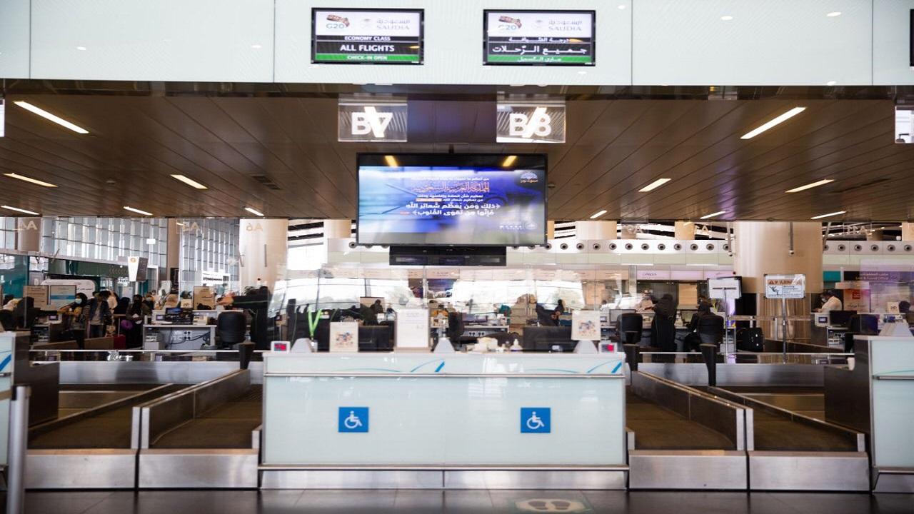 """هيئة الأمر بالمعروف بالرياض تعرض رسائل """"الصلاة نور"""" عبر شاشات مطار الملك خالد الداخلية"""
