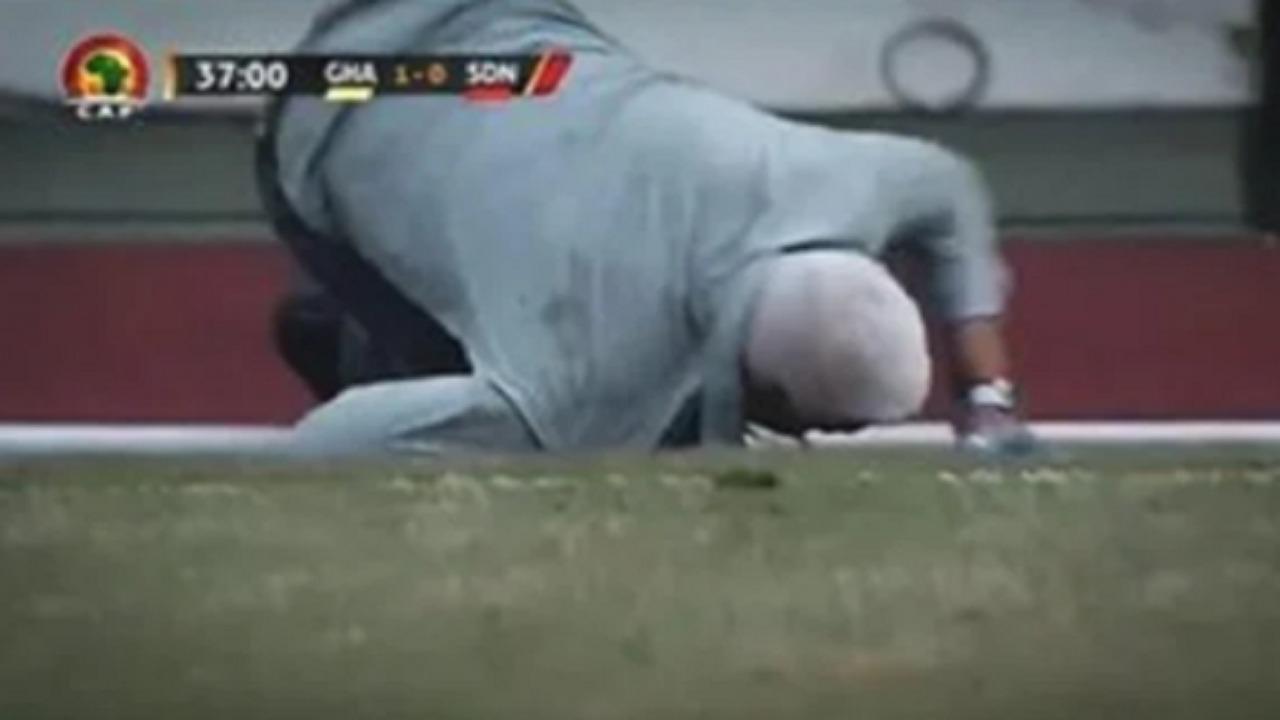 بالفيديو..الحكم يعتدي على مدرب منتخب السودان خلال مباراته أمام غانا