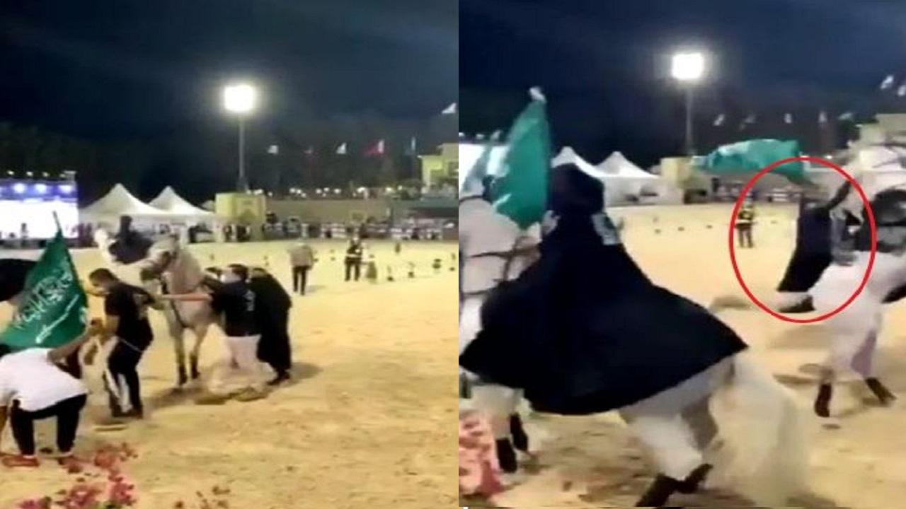 بالفيديو.. لحظة سقوط فتاتين من على ظهر جياد في جدة