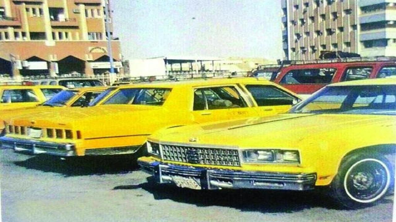 صورة قديمة لسيارة الأجرة الصفراء تُعيد الذكريات