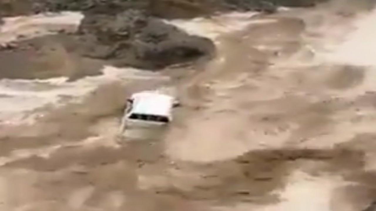 شاهد.. السيول تجرف سيارة بوادي خف في أملج
