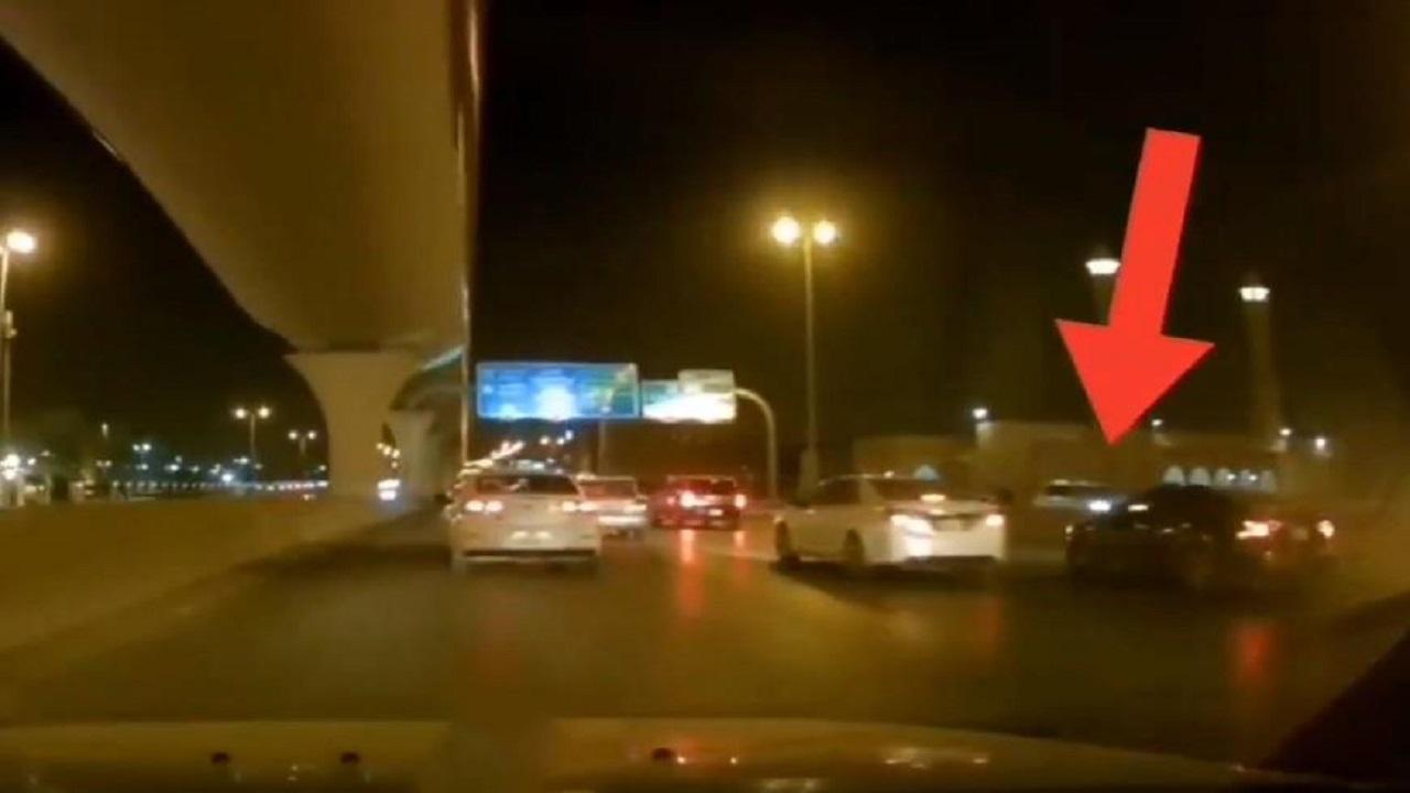 شاهد.. نهاية مروعة لقائد سيارة حاول مراوغة المركبات في الرياض