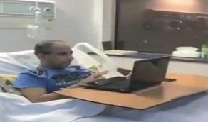 شاهد.. معلم يتابع الدروس مع طلابه من على السرير الأبيض رغم مرضه
