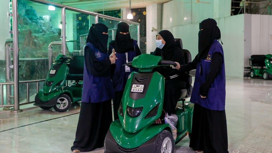50 فتاة يخدمن المعتمرات وقاصدات المسجد الحرام