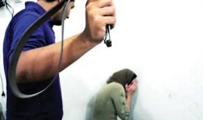 رجل يعذب زوجته بطريقة وحشية داخل قفص حديدي