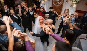 بالصور.. لاعب كمال أجسام يعلن زواجه من دمية