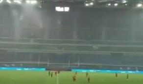 شاهد.. شلالات من الأمطار تحاصر اللاعبين أثناء مباراة كرة قدم