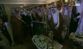 بالفيديو.. وزير الرياضة يهدي قميص المنتخب لـ الأمير فيصل بن بندر