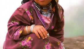 الطفولة البريئة.. صورة لفتاة من عسير منذ 41 عام