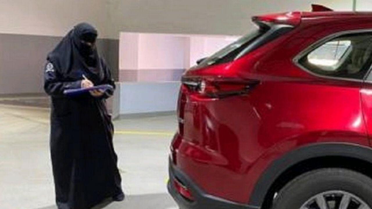 مواطنة تكشف محاولة بائع الاحتيال عليها في سيارة متهالكة بطريقة ذكية