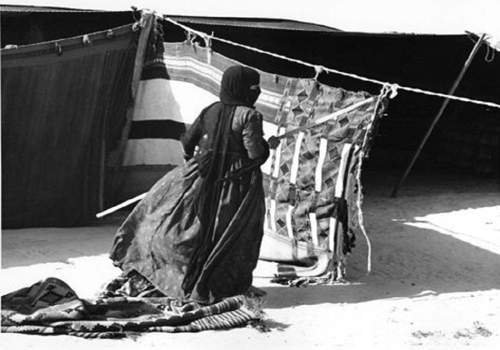 أجمل الصور القديمة التي وثقت دور المرأة في بناء الخيمة