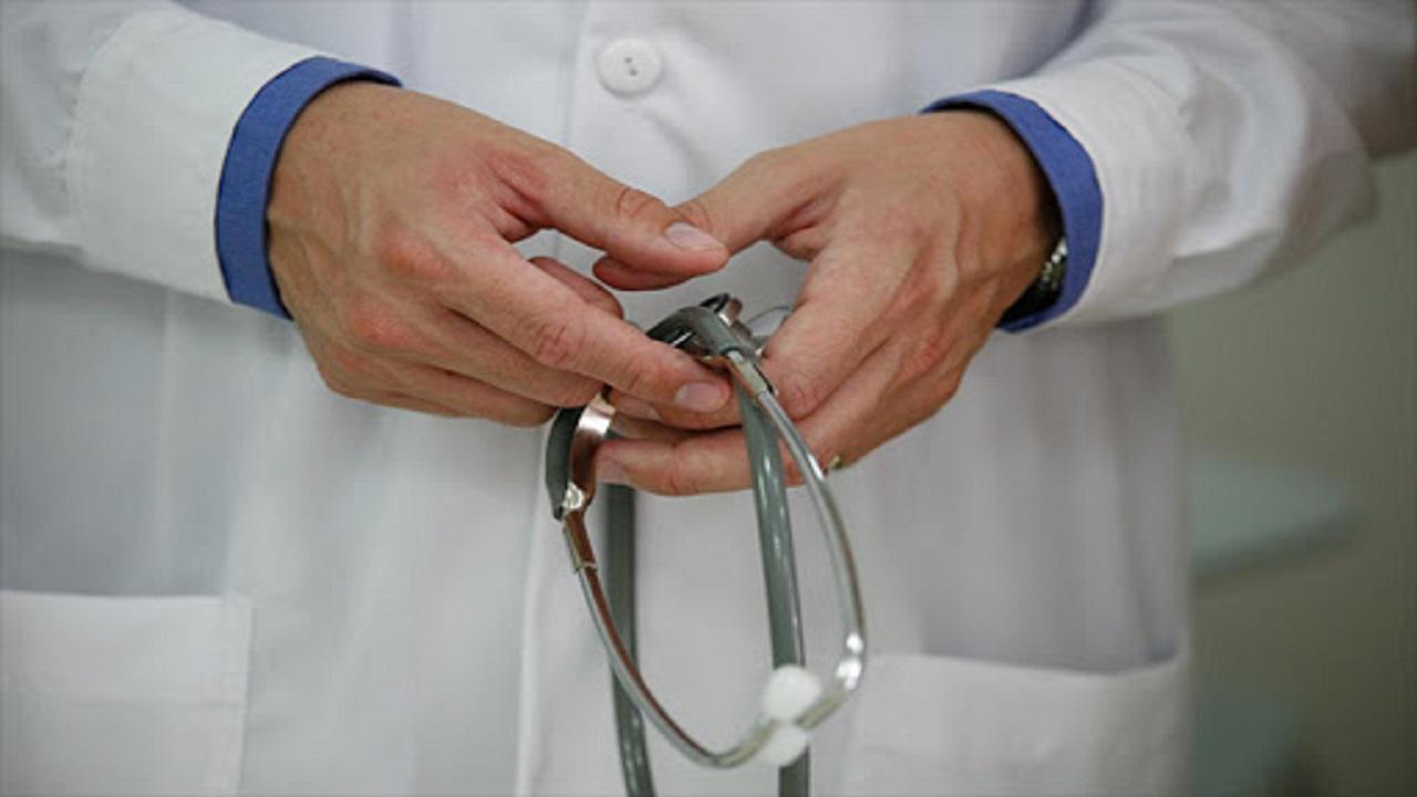 طبيب يحتجز أعضاء لجنة تفتيش بمركزه غير المرخص ويفر هاربا