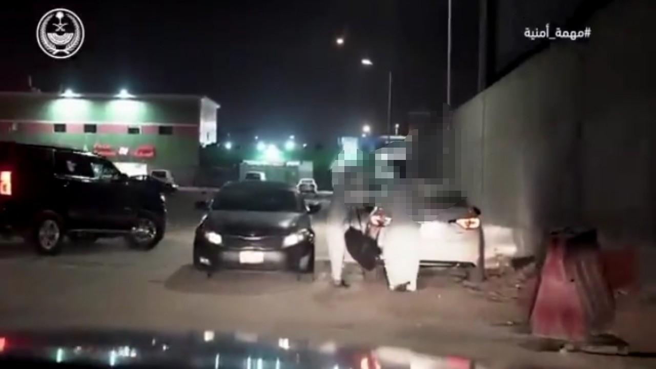بالفيديو.. لحظة القبض على مروج مخدرات متنقل بالرياض