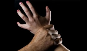 رجل ينقض على فتاة لاغتصابها في مركز طبي