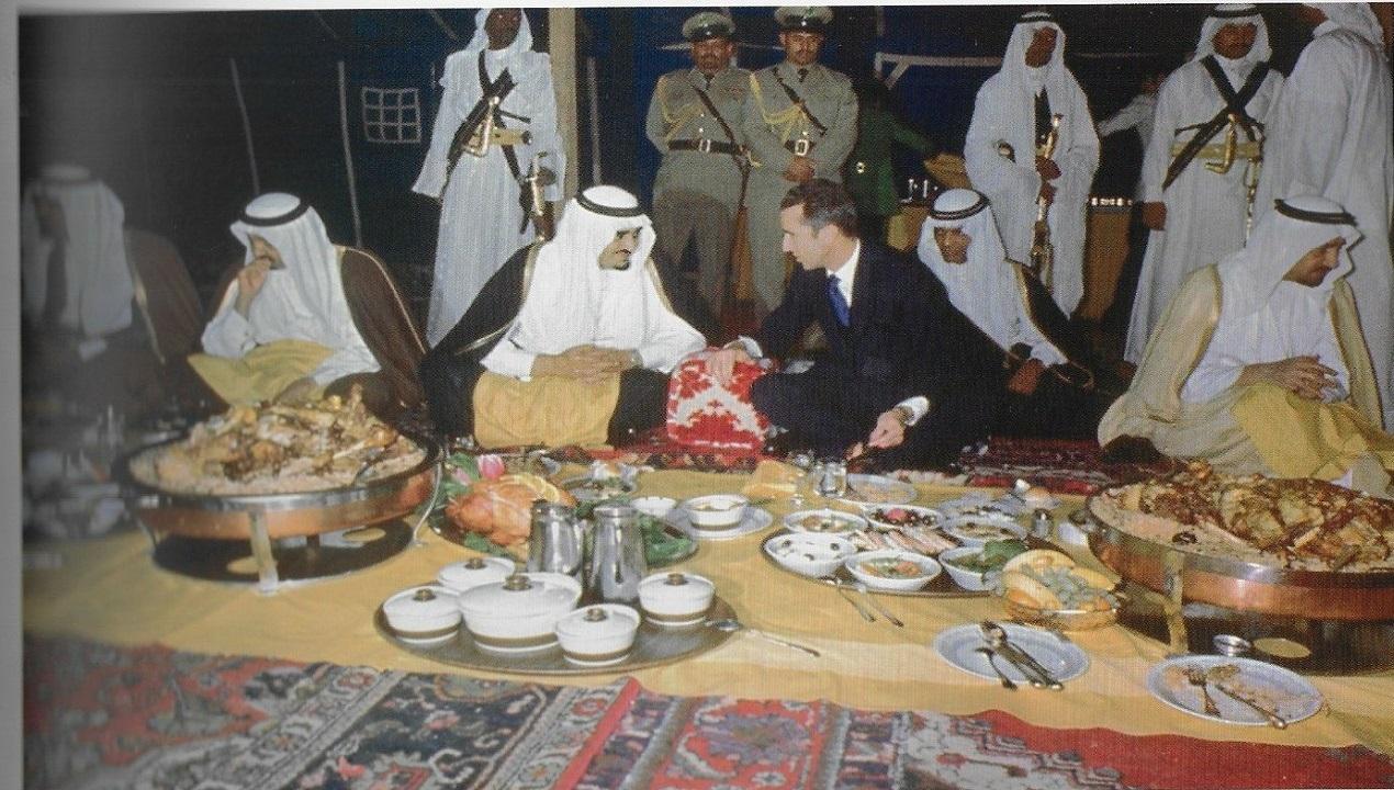 شاهد.. صورة تاريخية للملك خالد بن عبدالعزيز خلال مأدبة عشاء مع ملك بلجيكا