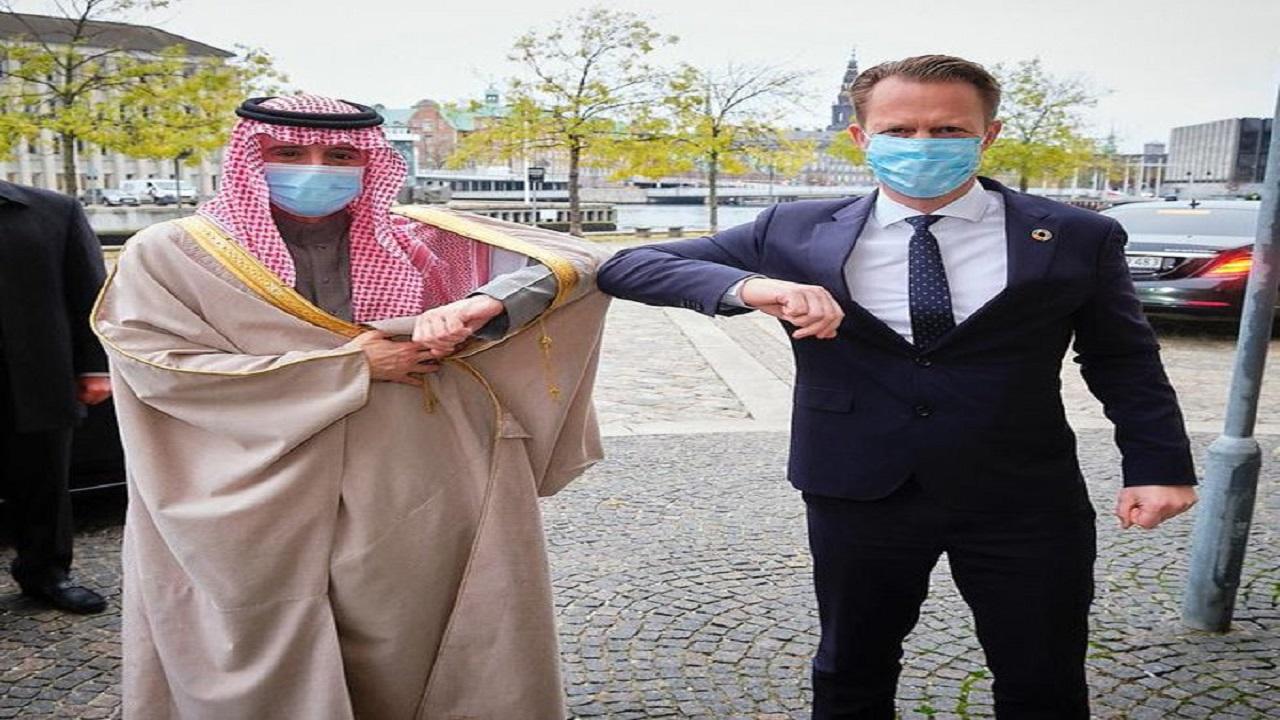 """مصافحة دبلوماسية في زمن """" كورونا """" بين الجبير ووزير الخارجية الدنماركي"""