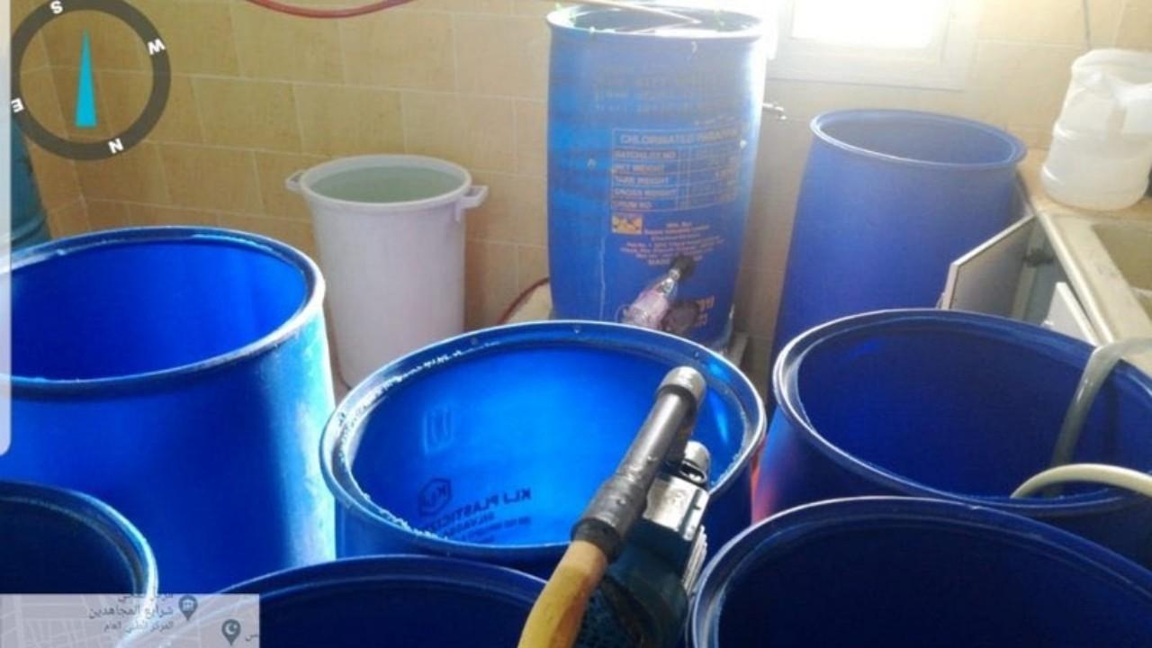 بالصور.. ضبط مصنع لترويج الخمور داخل إحدى الاستراحات بمكة