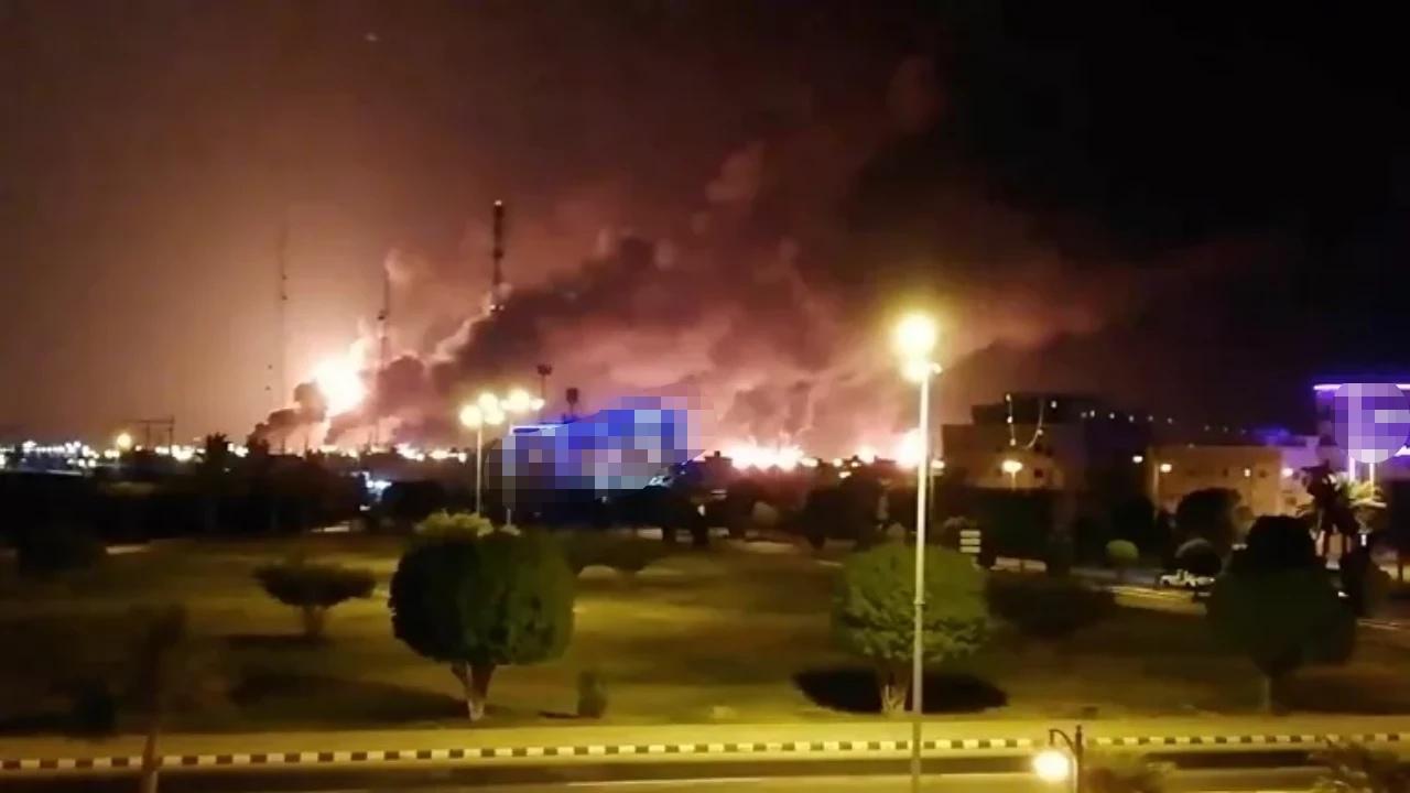 التعامل مع حريق قرب منصة التفريغ العائمة بمحطة توزيع المنتجات البترولية في جازان