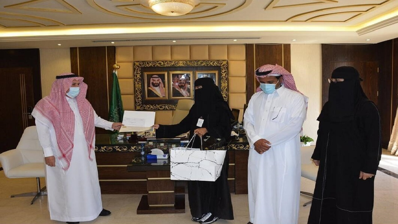 مدير عام تعليم الرياض يكرم عددا من المبدعات والمتميزات في الرياض