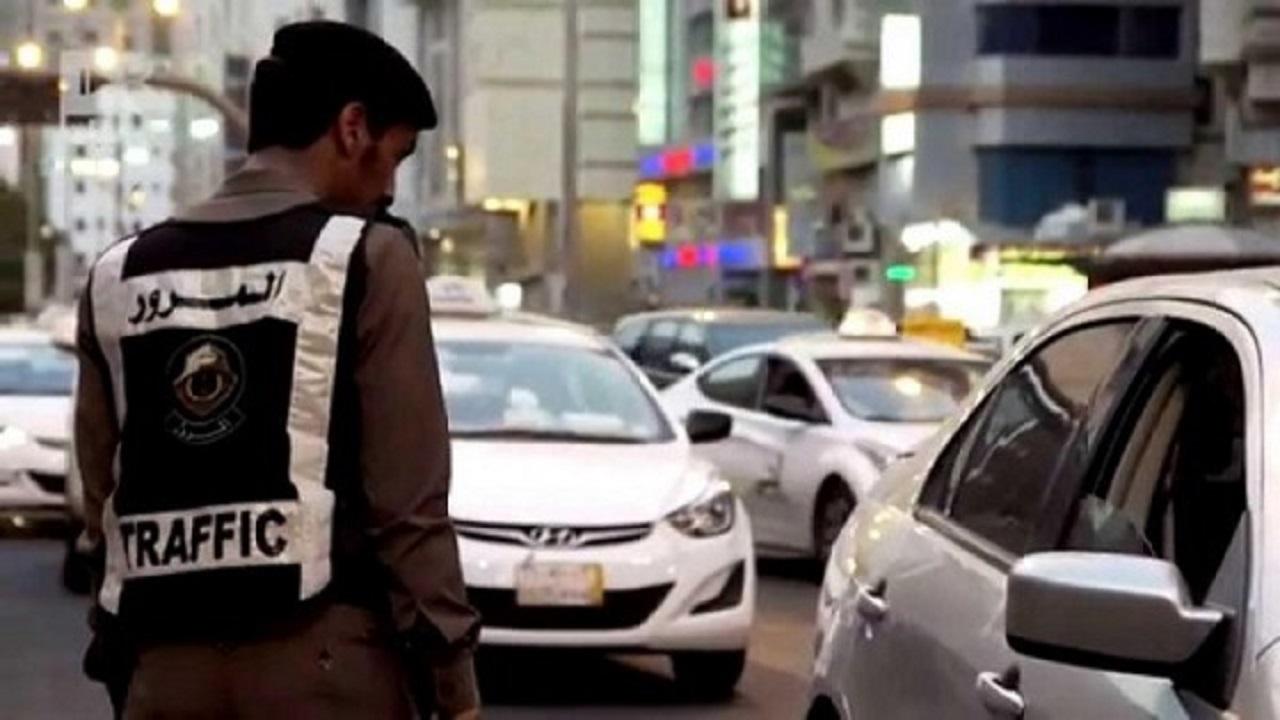 """بالفيديو.. """"المرور"""" تحذر من مخالفة قيادة المركبة بلوحات غير واضحة"""