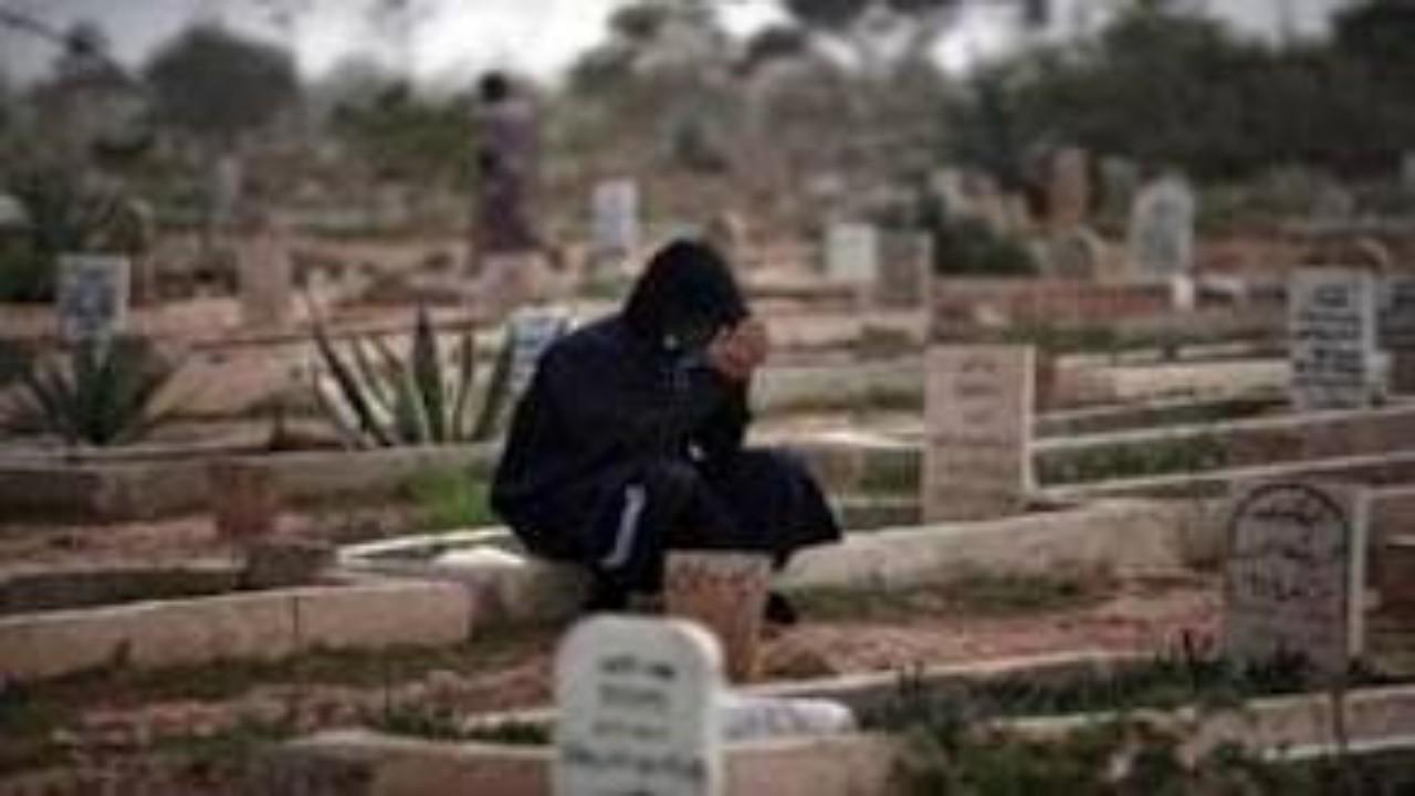 رجل ينبش قبر ابنته ويسرق رفاتها نكايةً في أمها