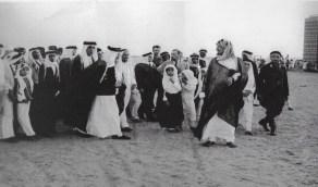 صورة نادرة للملك عبدالعزيز برفقة بعض أبنائه الأمراء في جولة بمطار جدة