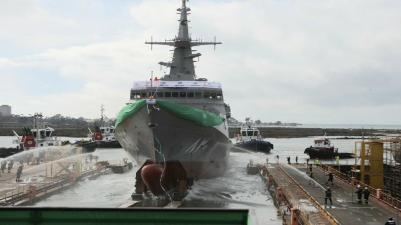 بالصور.. تعويم سفينة جلالة الملك الدرعية ثاني سفن مشروع السروات