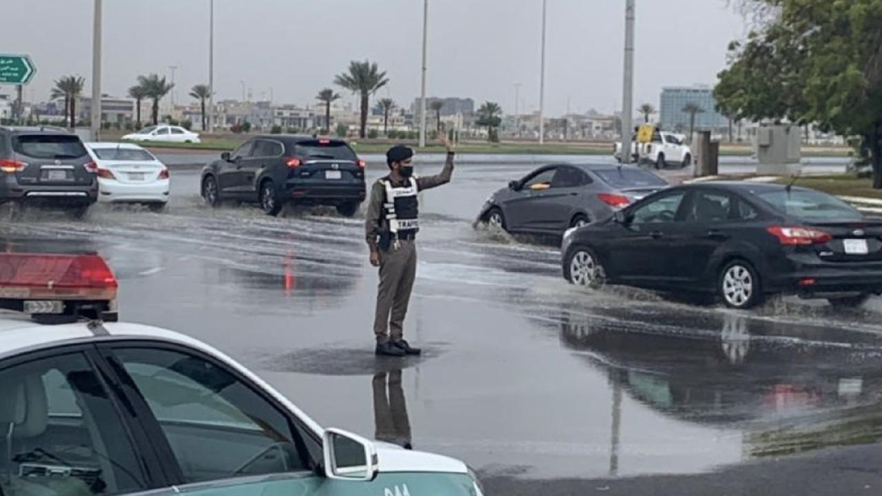 بالصور.. رجال المرور ينظمون حركة المركبات على طرق جدة أثناء هطول الأمطار