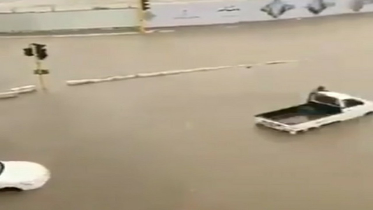 شاهد.. الأمطار تغرق السيارات في شوارع مكة