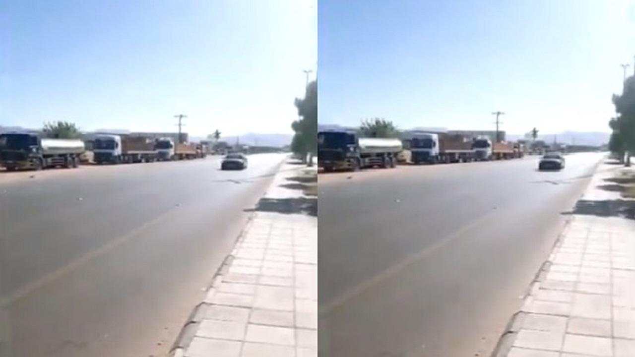 بالفيديو.. احتجاز الشاحنات والمركبات الثقيلة على طريق الملك عبدالله