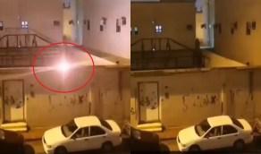 بالفيديو..تمديدات كهرباء عشوائية تهدد بوقوع كارثة تزامنًا مع الأمطار بالرياض