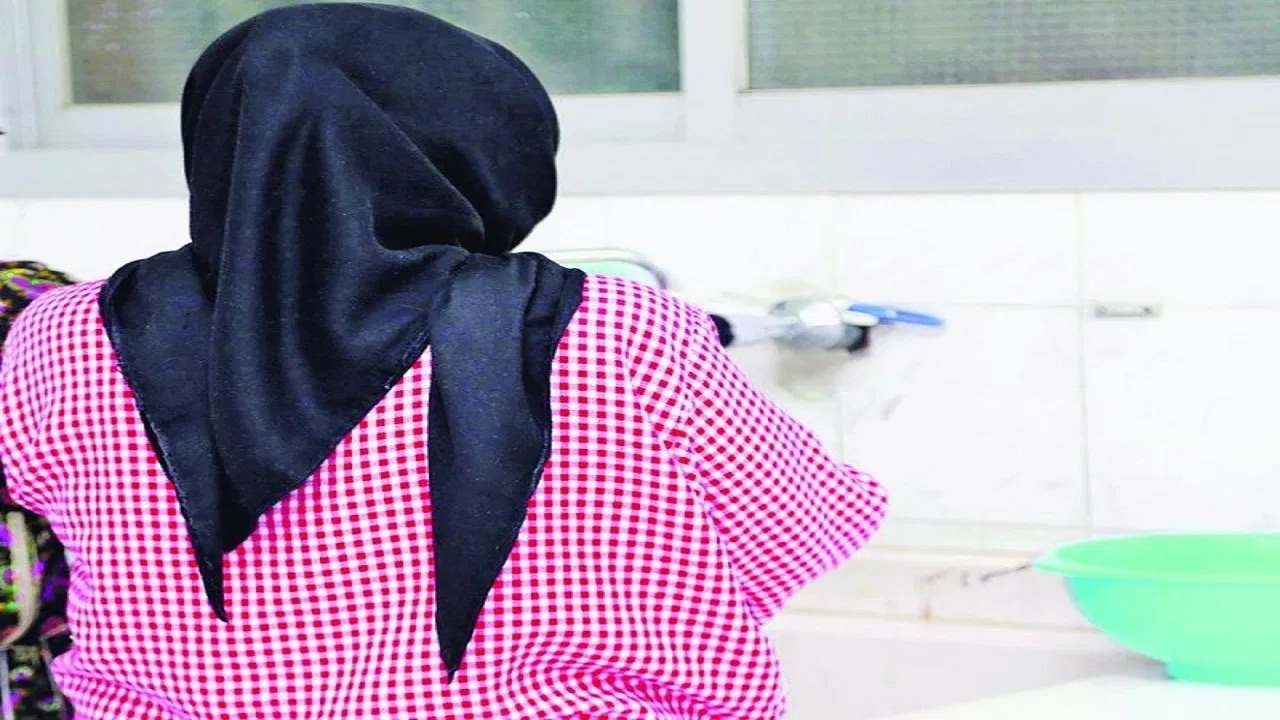 خادمة تهدد مخدومتها بالقتل بعدما اكتشفت تصويرها لأفراد أسرتها