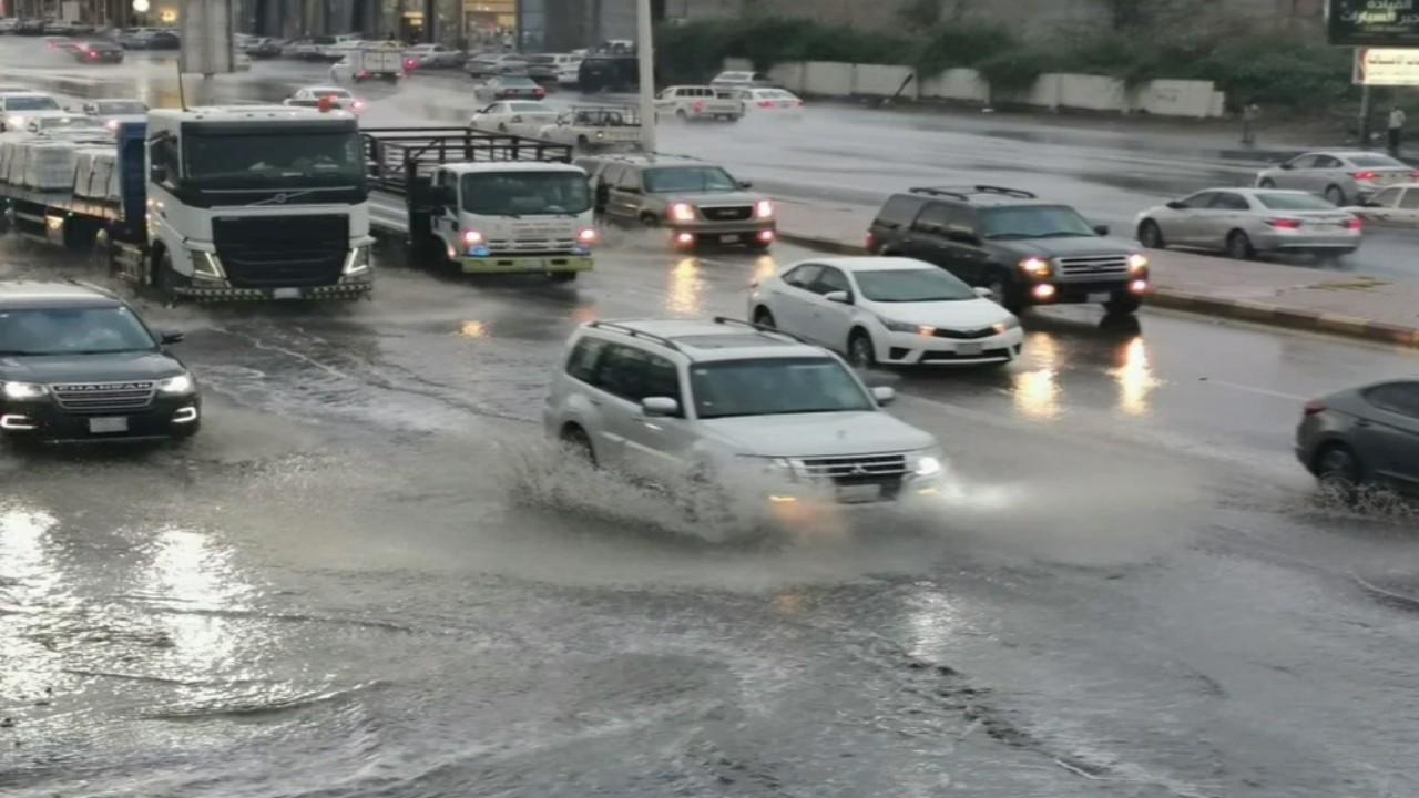 شاهد.. أمطار غزيرة وسيول على القصيم والمدينة المنورة