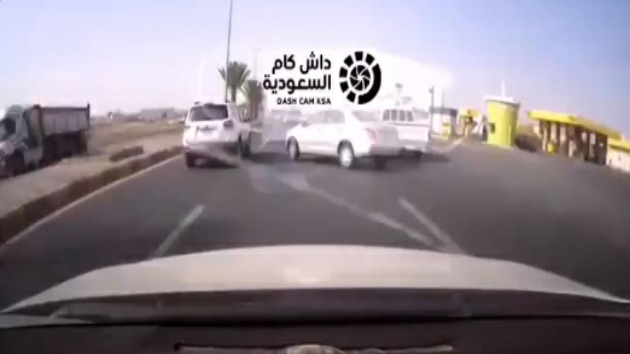شاهد..حـادث تصادم مروع بين مركبتين في خميس مشيط
