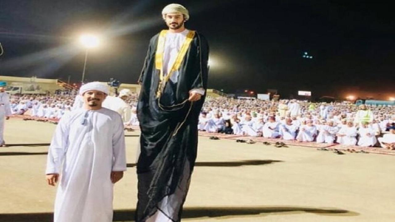 حقيقة الصورة المتداولة عن زواج أطول رجل عماني