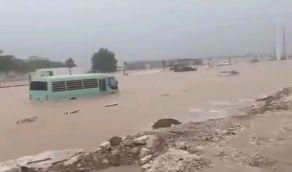 بالفيديو.. مياه السيول تداهم المركبات في جدة