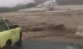 بالفيديو.. سيول عارمة تضرب وادي رزان في جازان