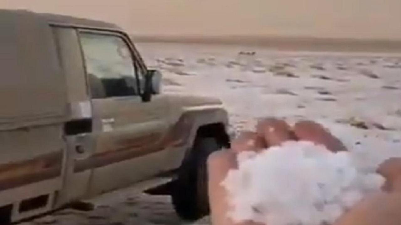 فيديو.. لحظة تساقط الثلوج في بردية رديفة الجوف