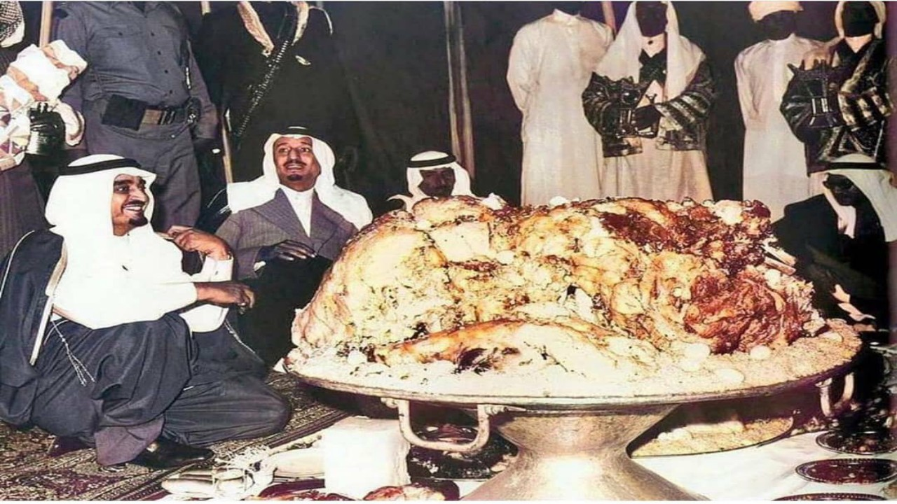 شاهد.. الملك فهد وخادم الحرمين يجتمعان على وليمة أثناء افتتاح سد أبها