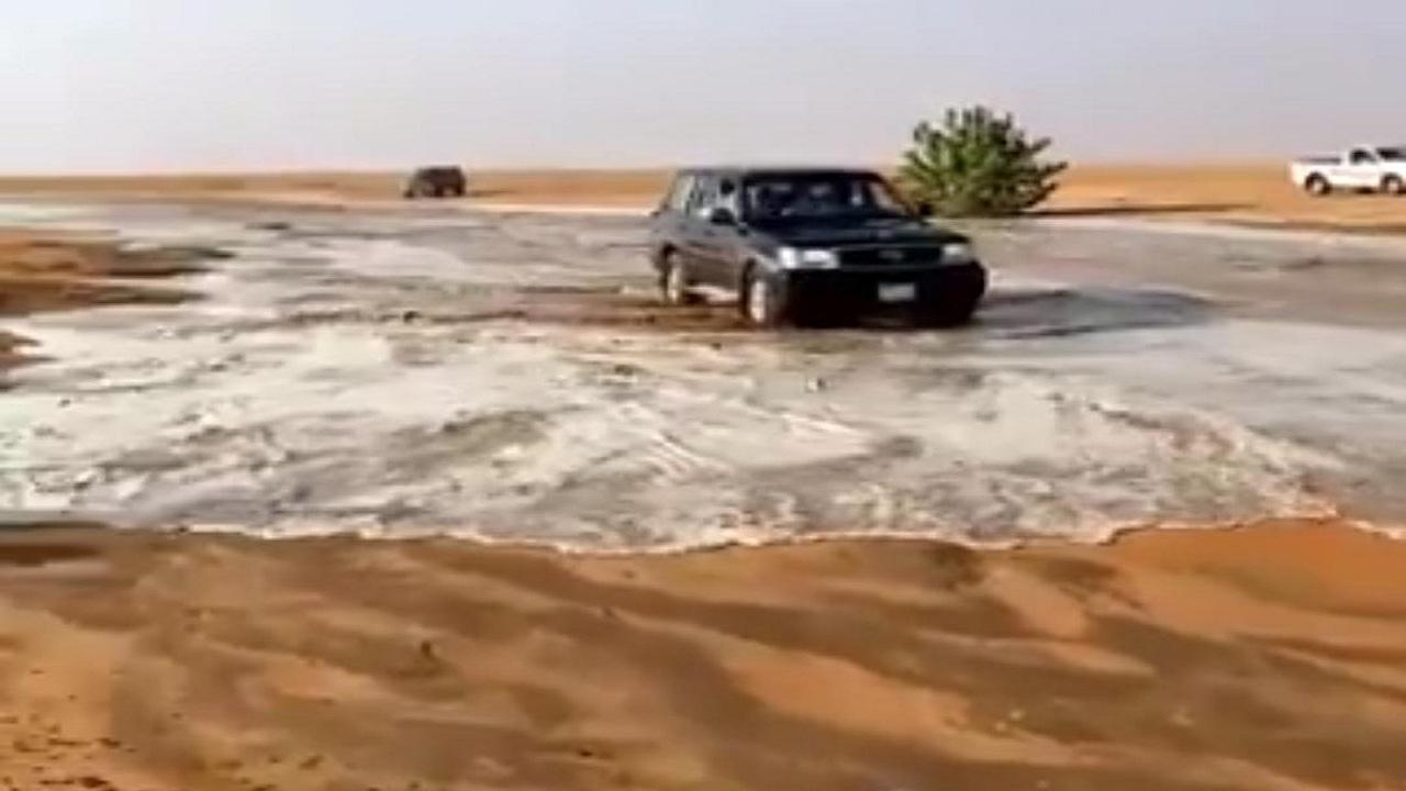 شاهد.. جريان سيل شعيب الحثاقي بين الأرطاوية والمجمعة