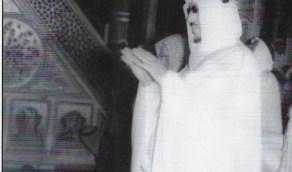 الملك سعود يؤدي الصلاة في الروضة النبوية الشريفة منذ 62 عام