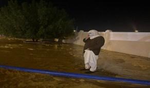 محافظ شقراء يقف على إزالة مياه الأمطار التي حولت الشوارع لبحيرات
