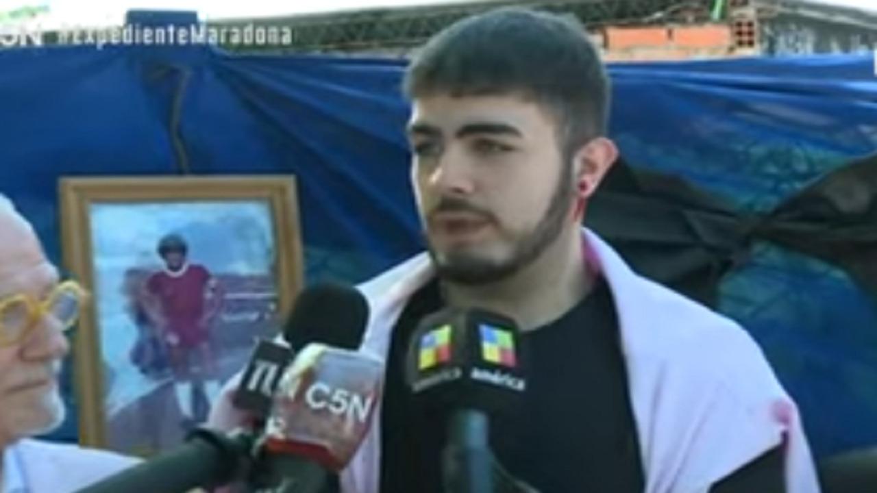 """بالفيديو.. شاب يطالب باستخراج جثة مارادونا لإجراء """"DNA"""""""