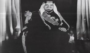 صورة نادرة للملك فهد قبل تولي الحكم بالزي الرسمي الوطني