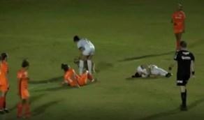 بالفيديو.. كلب يتسبب في إصابة لاعبة كرة قدم