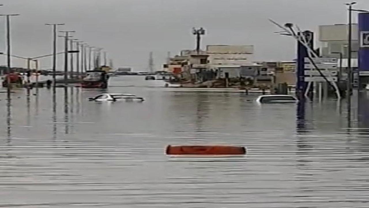 بالصور.. غرق سيارات ومحلات تجارية بالنعيرية إثر هطول الأمطار