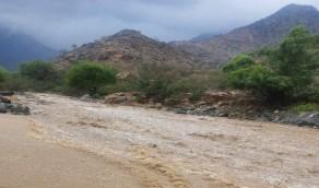 بالصور.. إغلاق عقبة حزنه في بلجرشي احترازيًا بسبب الأمطار