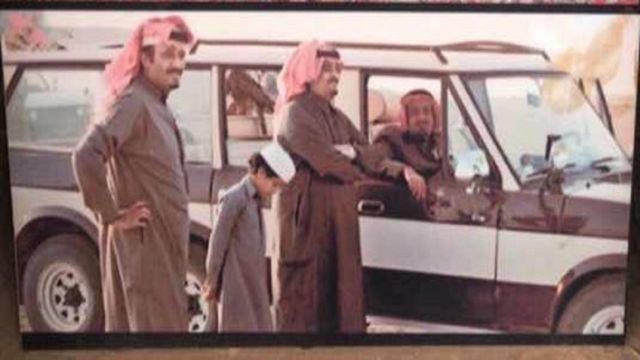صورة نادرة للأمير عبدالعزيز بن فهد وهو طفل مع خادم الحرمين