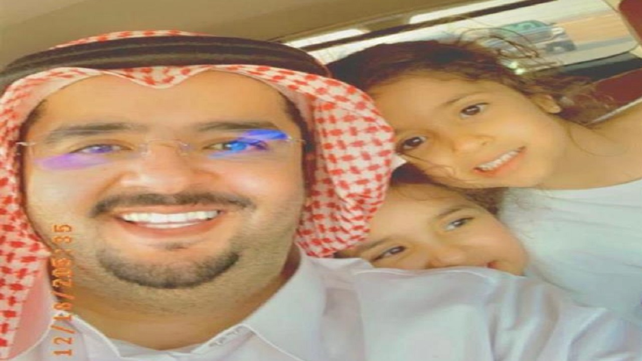 صورة عفوية للأمير عبد العزيز بن فهد مع ابنتيه بمزرعة العاذرية